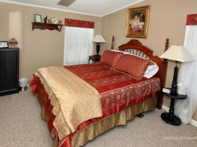 The Anselmo Cottage has a charming bed